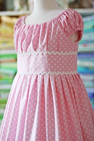 Robe taille empire, rose à pois blancs