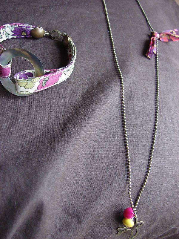 collier breloques, boutons (de) bottines et noeuds en wiltshire berry