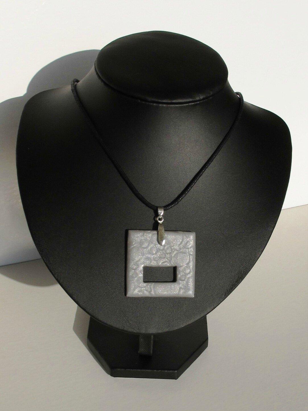 pendentif porte lunettes carré fimo gris micca shift buste noir