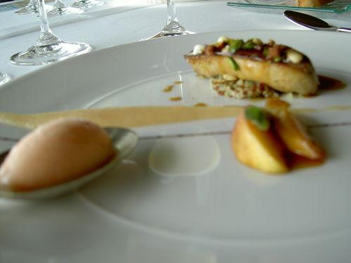 Croustillant de foie gras de canard aux fruits secs, quinoa rouge, marmelade de pêches à la verveine