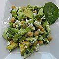 Salade de concombre, pois chiches, avocat et féta