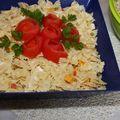 Salade de pâtes présentée avec tomates en roses