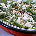 Salade de quinoa, feta, roquette et pignons grillés