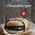 Bagel cheeseburger avec oignons rouges, moutarde de dijon et fromages suisses