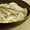 Petits champignons de paris très croquants en salade, pour déjeuner ensoleillé