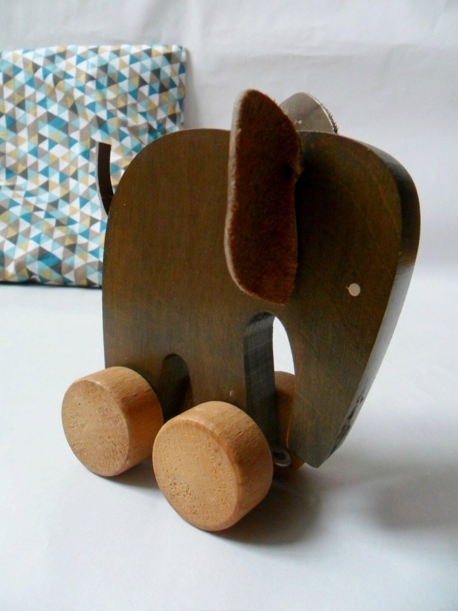 Elephant jouet vintage en bois et cuir vendu