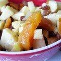 Salade de fruits : pommes, raisins et abricots