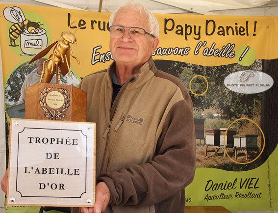SAINTE_BAZEILLE_fete_de_la_fraise_Papy_Daniel_apiculteur_et_son_trophee