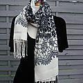 Foulard double-face, bi-matière, crêpe de soie façon dentelle d'un côté et blanc de l'autre