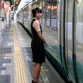 L'hôtesse du Super view Odoriko à Yokohama eki