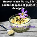 Smoothie aux fruits avec de la poudre de racine de maca et des graines de <b>nigelle</b>