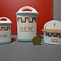 Une petite collection de boîtes à épices miniatures dont une jolie boîte à sel !