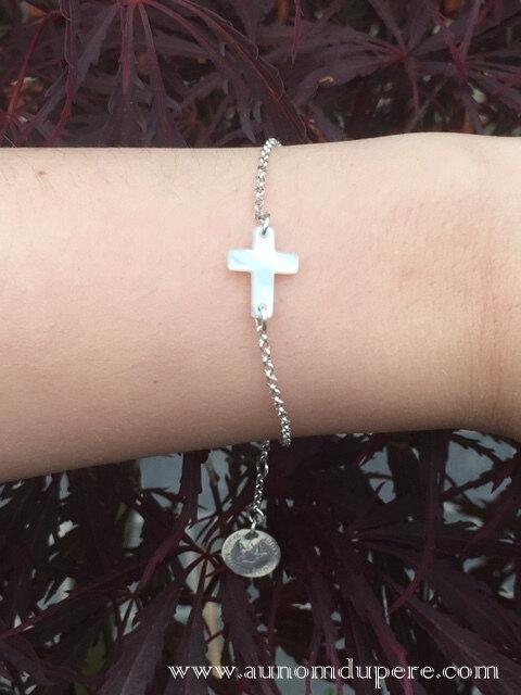 Bracelet Croix en nacre sur chaîne argent massif fine en am (porté) - 32 €