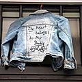 Message, veste en djean suspendu_9484