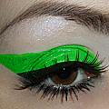 L'eyeliner vert fluo, c'est vraiment très beau