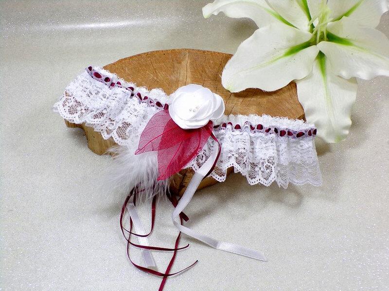 Jarretière mariage bordeaux blanc dentelle plumes