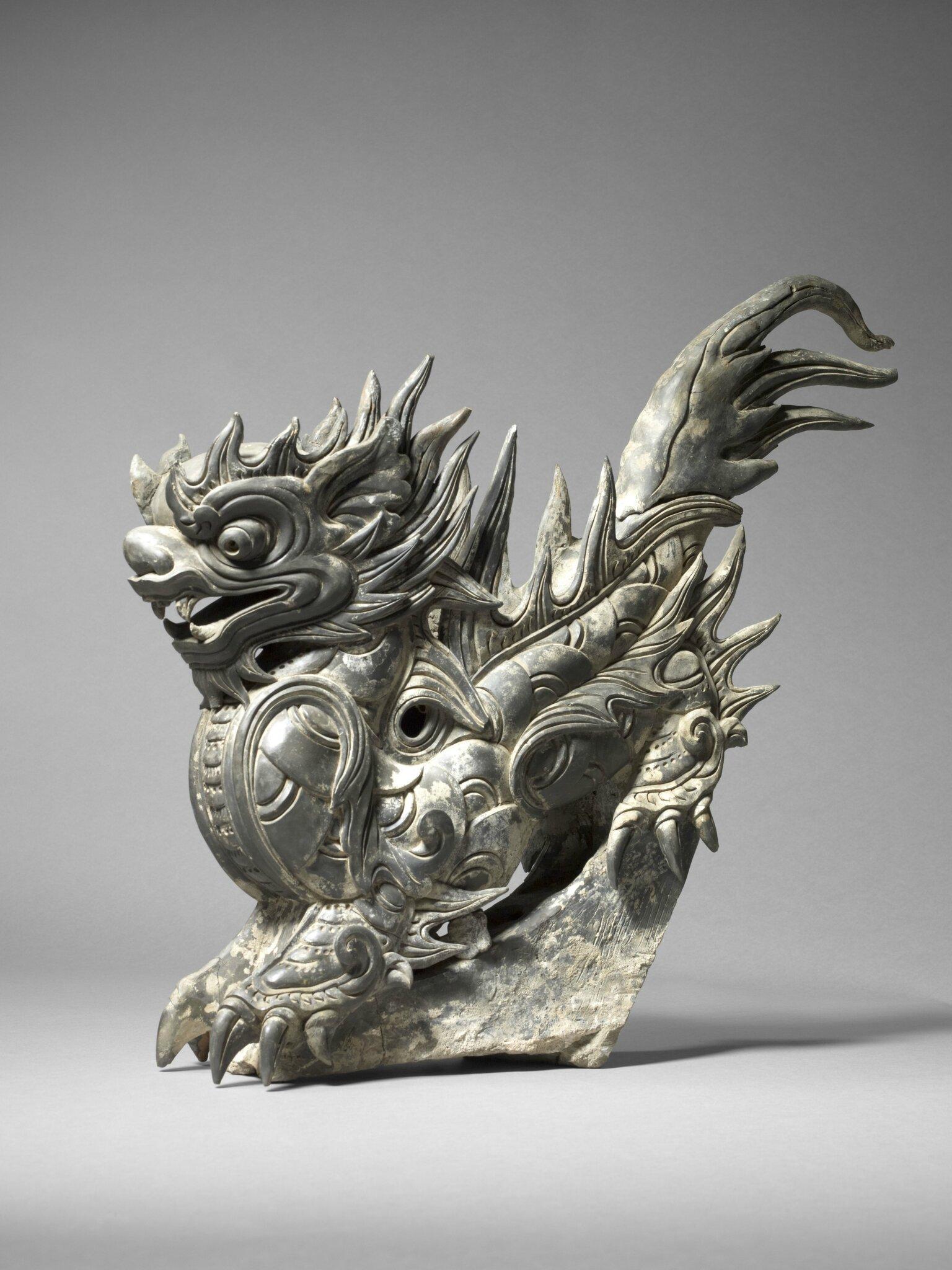 Titre : Ornement de toiture en forme de dragon. Terre cuite grise. Epoque Lê, 18e siècle. H. 61 cm; L. 45 cm ; P. 18 cm. MNAAG, Paris © D.R / Photos : Thierry Ollivier