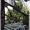 Une petite table dans la nature