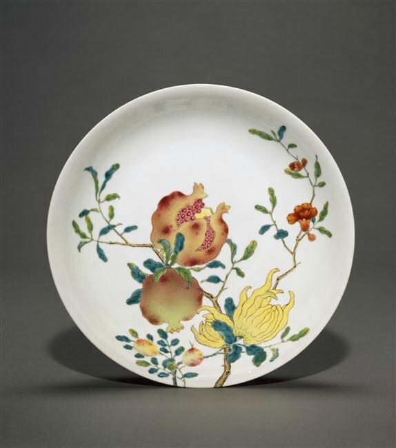 Plat à décor de fleurs et fruits, Chine, Règne de Qianlong, Paris, musée Guimet - musée national des Arts asiatiques