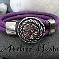 Bohème aujourd'hui, avec ce <b>bracelet</b> en cuir violet aspect autruche et son attache strass assortie !
