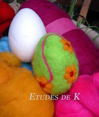 Oeuf de Pâques : feutrage par aiguilletage sur polystyrène