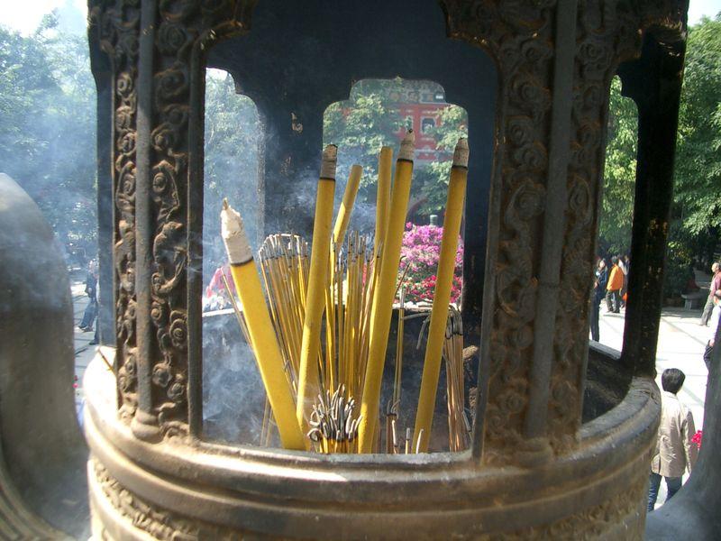 brule encens geant