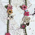 collier fleuri de fleurs crochetées