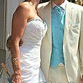 Accessoires mariage en <b>bleu</b> <b>turquoise</b> : bijoux bleus, ombrelle, fleurs <b>turquoise</b>