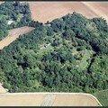 Le fort de Dugny perdu dans les arbres.
