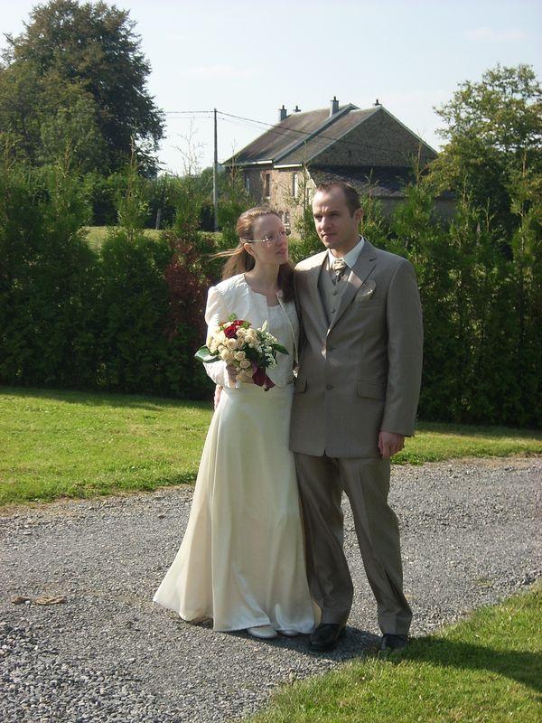 Mon ensemble pour notre mariage : caraco et petite veste en satin jacquard et jupe longue en soie ivoire rebrodée de perles à l'ourlet.