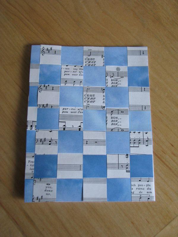 entrecroisements de papier ciel et partition de musique