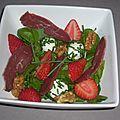 Salade de cresson aux fraises, fromage de chèvre et magret de canard fumé