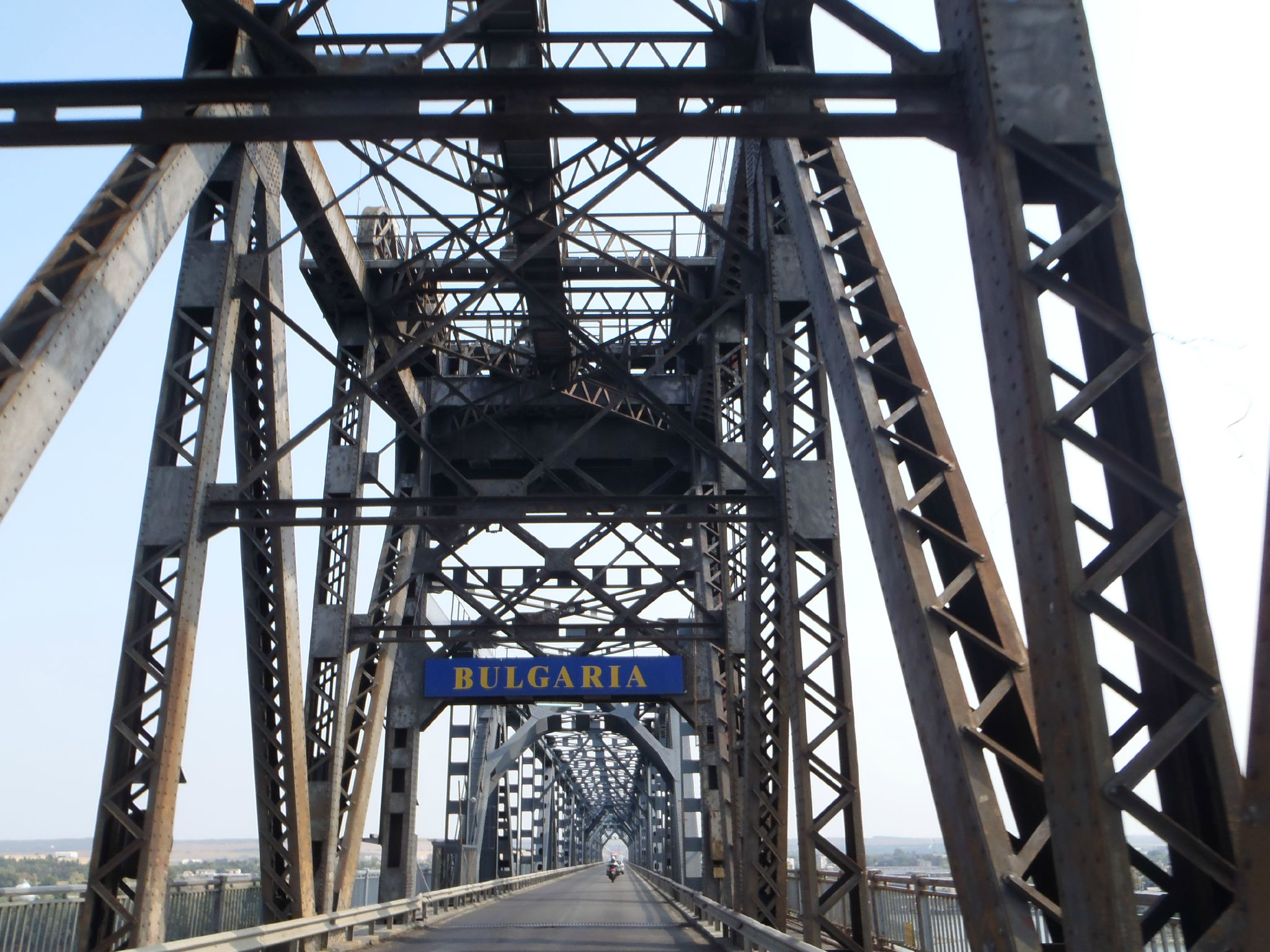 bulgaria - frontière au milieu du danube pont de ruse