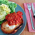 Oeuf cuit dans une tartine avec sauce tomate maison