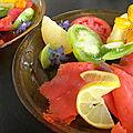 Des tomates de toutes sortes... quelques fleurs... pour marier monsieur saumon fumé en toute simplicité