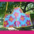Tablier enfant en toile cirée Grosse fleurs rose sur fond bleu pétant. Pièce unique.