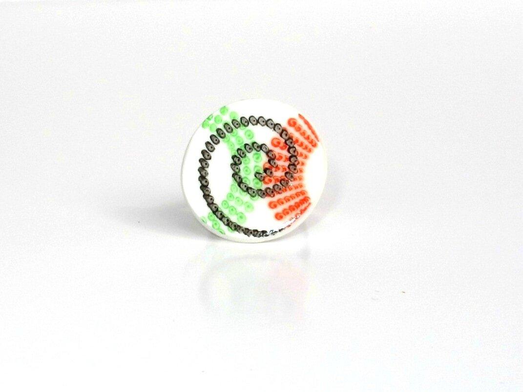 bague fimo ronde pointillé vert, rouge, noir face