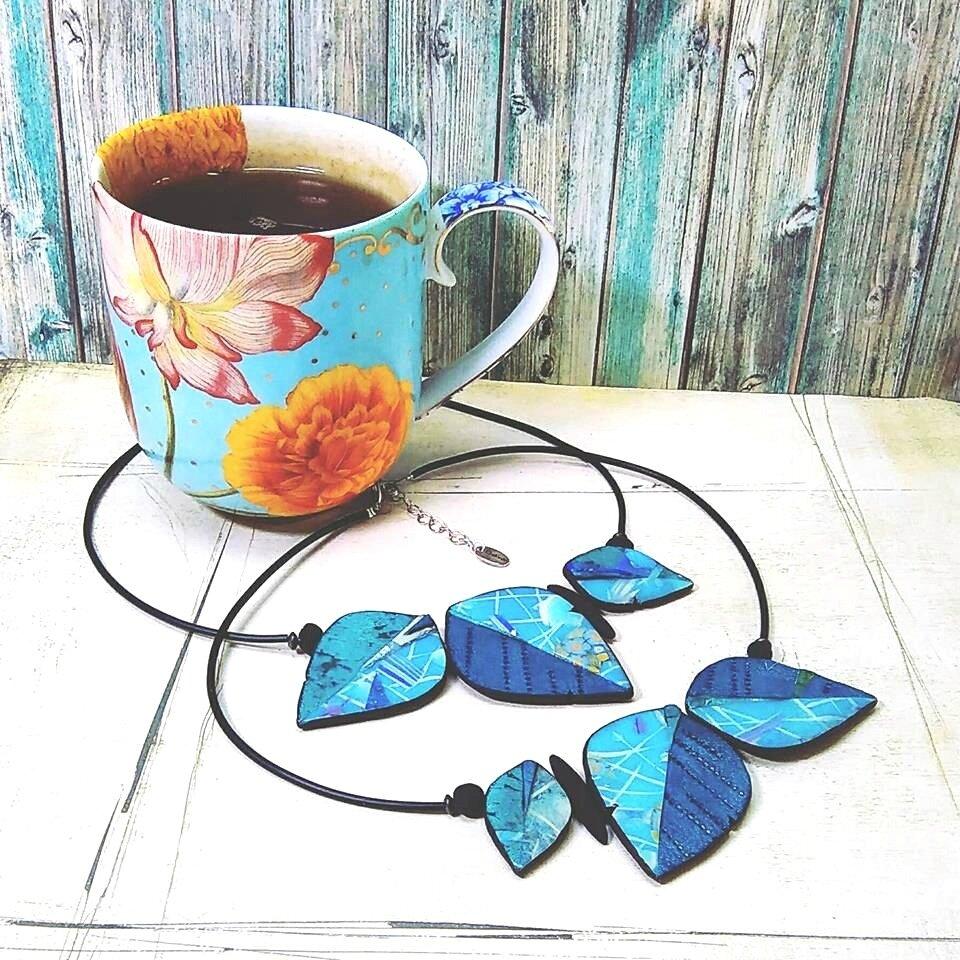 Tasse de the et colliers bleus_1