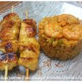 Riz aux deux poivrons et aux scampis et ses brochettes de poulet à l'indienne