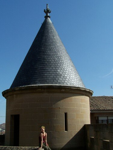 Olite-Elo devant une tour