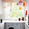 Un rideau réalisé avec des napperons en <b>dentelle</b>
