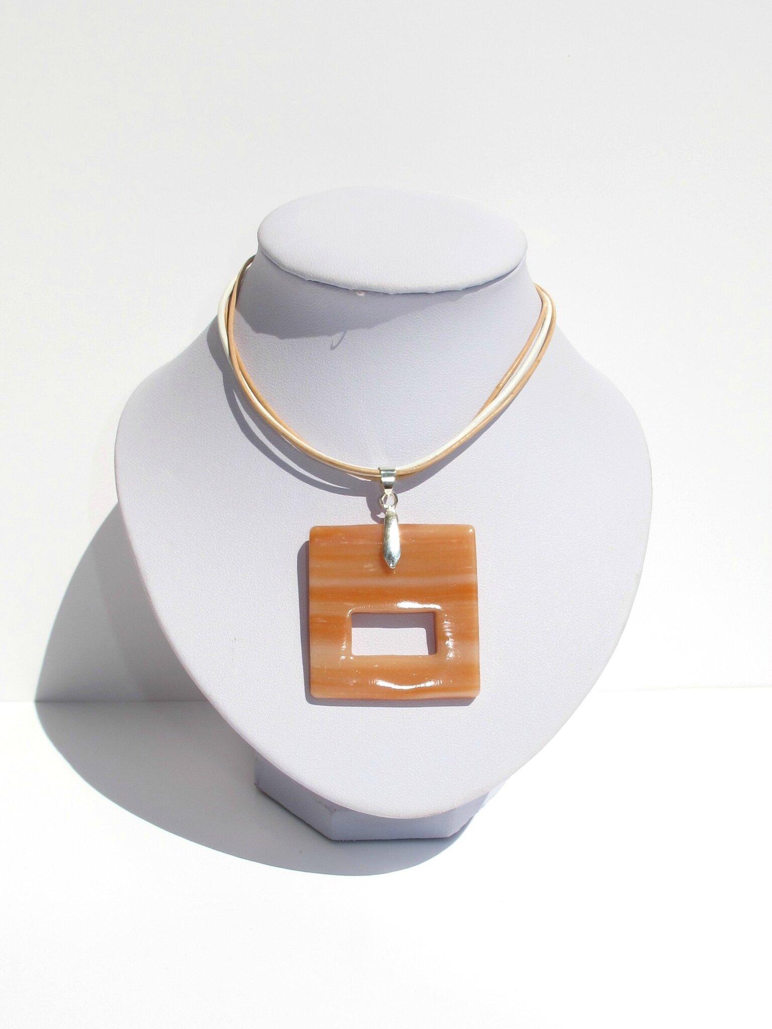 pendentif porte lunettes fimo carré transparent beige buste blanc