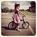 Passage au vélo à pédales sans petites roues pour abi et... coline