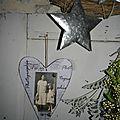 Coeur en bois vintage avec une ancienne photo en noir et blanc