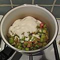 Délice crémeux à la <b>fraise</b> et <b>rhubarbe</b> sur fond de pistache