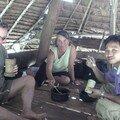 Repas dans une hutte, tout est bambou, meme les bols !