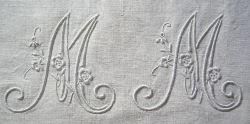 M M, 10 cm de haut, écru sur drap ancien écru