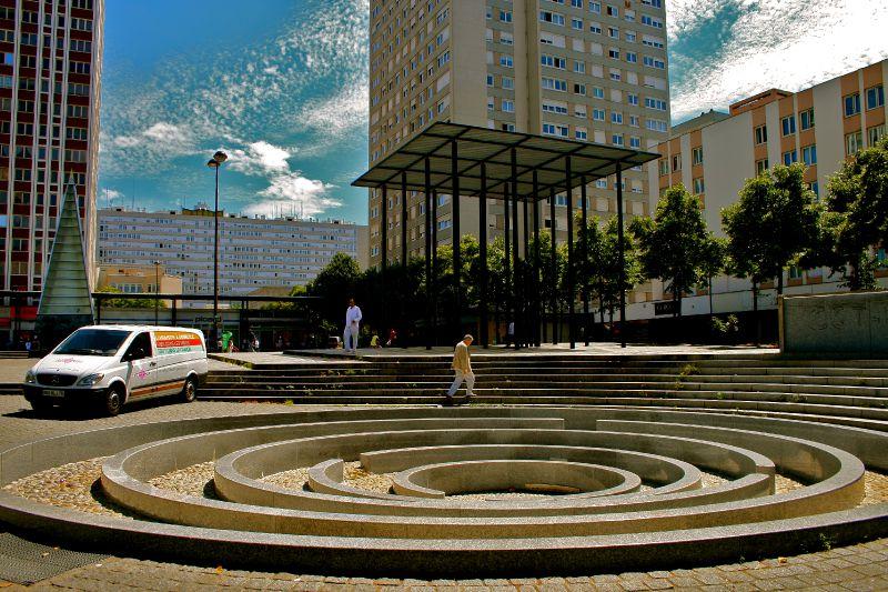 La fontaine-labyrinthe, place des Fêtes.