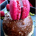 Rocher chocolat, cœur de framboise sur sa feuillantine au chocolat blanc
