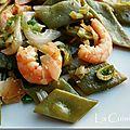 Wok de haricots coco plats, crevettes, gingembre, oignons nouveaux